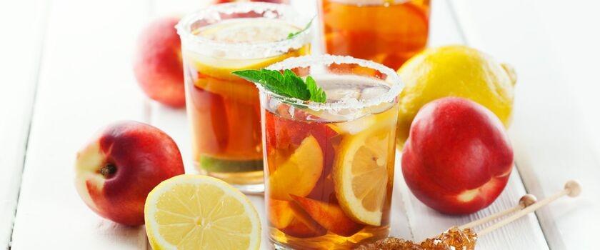 Przetrwaj upały z orzeźwiającą herbatą owocową. Poznaj przepisy!
