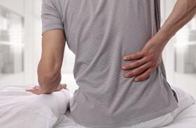 Lumbago (postrzał) – co to jest? Przyczyny, objawy, leczenie lumbalgii