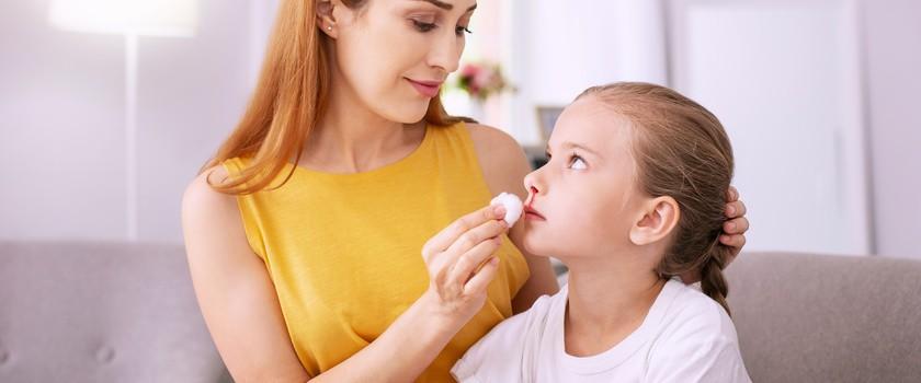 Krew z nosa u dziecka – przyczyny, leczenie, pierwsza pomoc