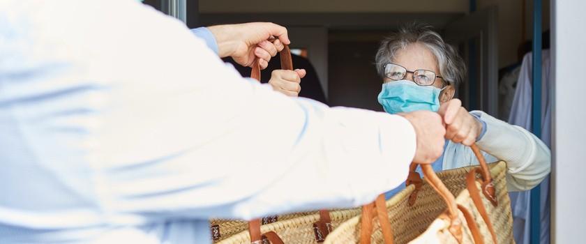 Seniorzy i pandemia – jak ich chronić? Koronawirus w domach pomocy społecznej