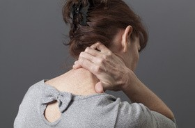 Wdowi garb – przyczyny powstawania, objawy, leczenie, ćwiczenia na garb na plecach