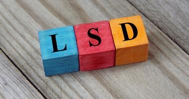 LSD – co się dzieje z człowiekiem po zażyciu narkotyku?
