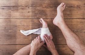 Skręcenie kostki – objawy, leczenie, rehabilitacja. Ćwiczenia po skręceniu stawu skokowego
