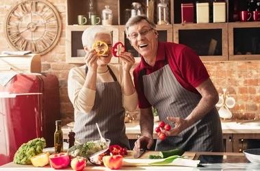 Dieta po 60. roku życia dla kobiet i mężczyzn – jak powinna wyglądać? Jak schudnąć po sześćdziesiątce?`