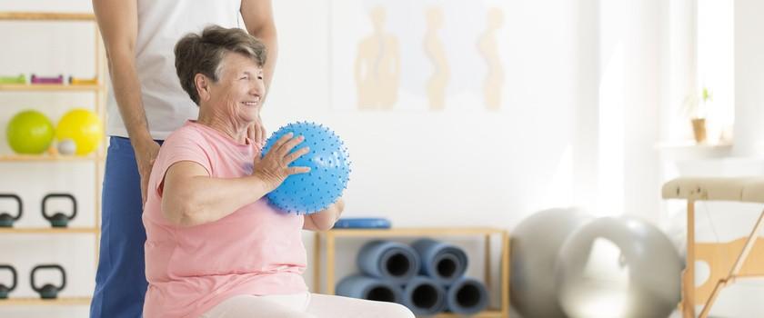 Rehabilitacja po udarze – jakie są zasady rehabilitacji poudarowej? Kiedy zacząć ćwiczenia po udarze mózgu?