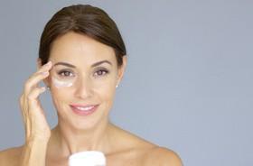 Jak pielęgnować delikatną skórę wokół oczu?