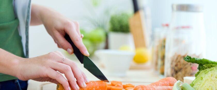 Żywienie w chorobie refluksowej przełyku – jak powinna wyglądać dieta przy refluksie? Założenia, produkty dozwolone, jadłospis i przepisy