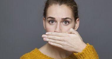 Halitoza – przyczyny zlokalizowane w jamie ustnej i poza nią