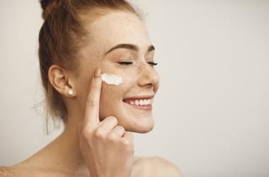 Jakie kwasy można stosować latem? Jak zabezpieczyć skórę przed podrażnieniami po zagiegu złuszczania?