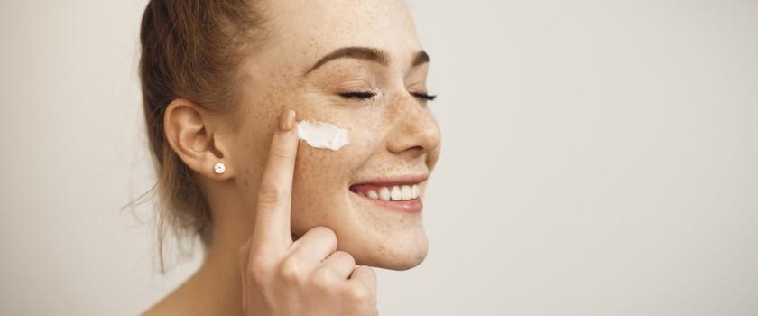Jakie kwasy można stosować latem? Jak zabezpieczyć skórę przed podrażnieniami po zabiegu złuszczania?